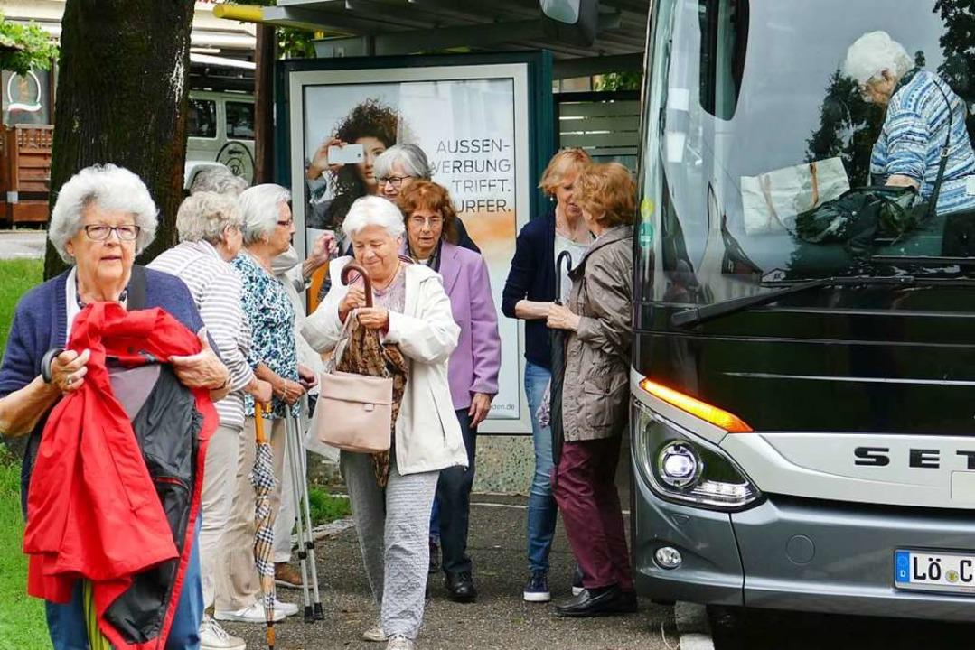 Teilnehmer der Tour steigen aus dem Bus aus.    Foto: Martina David-Wenk