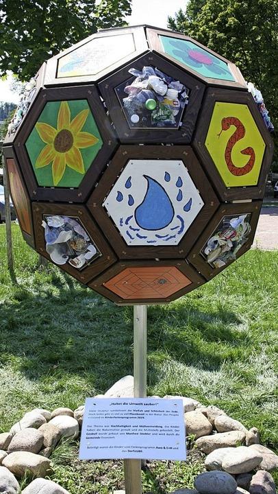 Der von Kindern im Rahmen der Umweltschutz-Ferienwoche mitgestaltete Geoball.   | Foto: Ralph Lacher