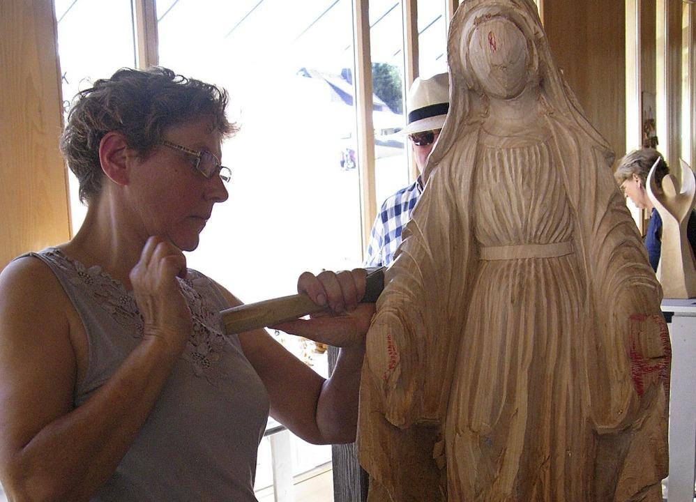 Einer Bildhauerin konnten die Besucher... der Arbeit über die Schulter schauen.  | Foto: Ulrike Spiegelhalter