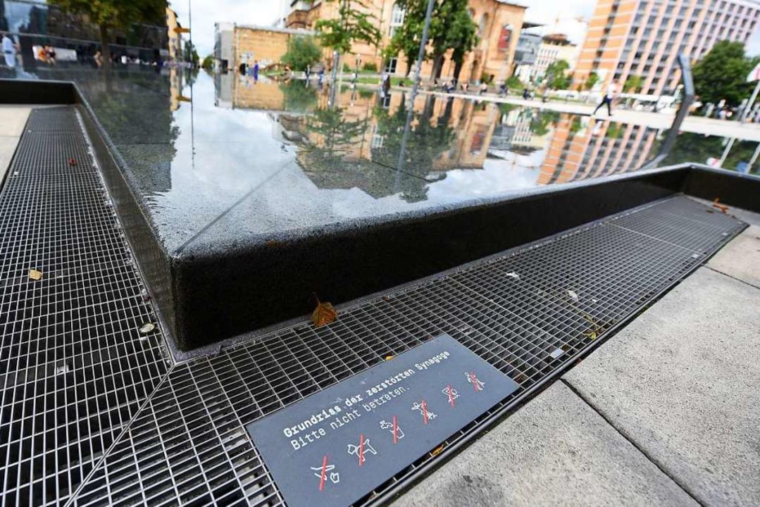 Seit zwei Wochen zeigen Schilder, was im Brunnen nicht geht.   | Foto: Rita Eggstein