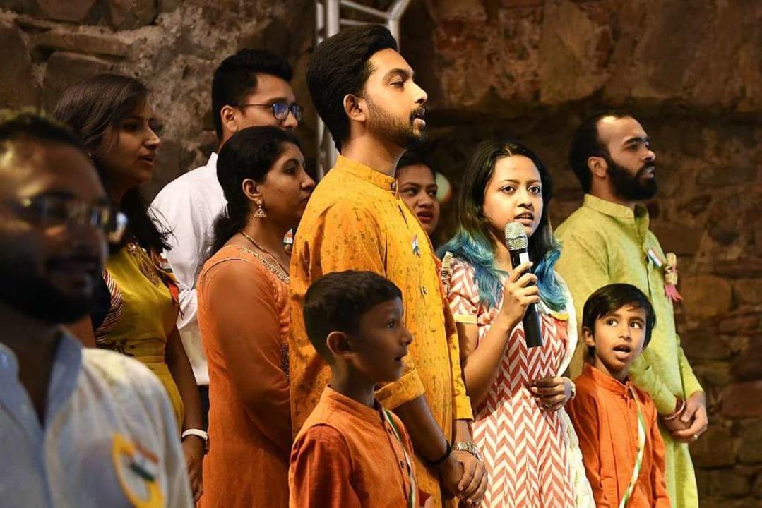 Der Chor mit Mitgliedern aus acht vers...ten in Indien sang  die Nationalhymne.  | Foto: Rita Eggstein