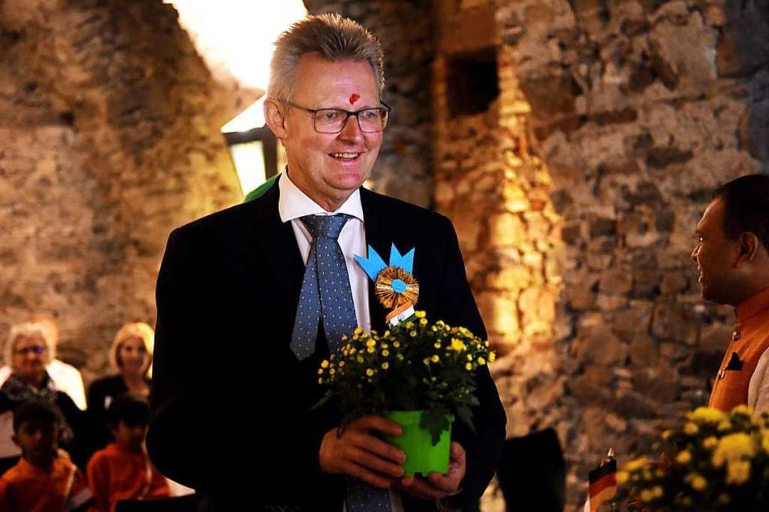 Freiburgs Erster Bürgermeister Ulrich ...s Ehrengast  beschenkt und geschmückt.  | Foto: Rita Eggstein