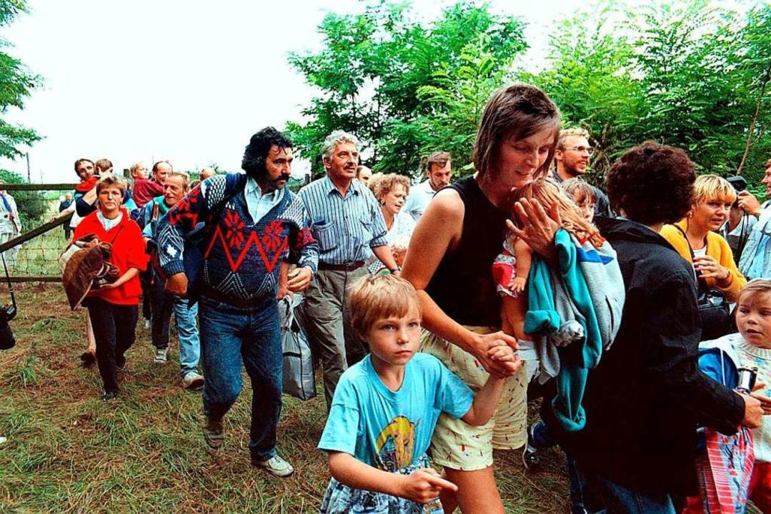DDR-Flüchtlinge gehen am 19. August 19... Grenztor von Ungarn  nach Österreich.  | Foto: Votava (dpa)