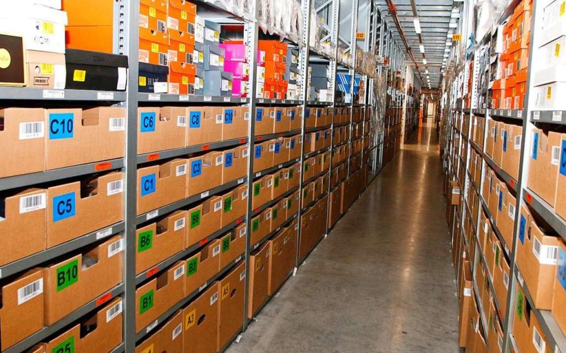 Etwa 200 Meter lang ist dieser Gang. D... Tausende Artikel in Regalen gelagert.    Foto: Heidi Fößel