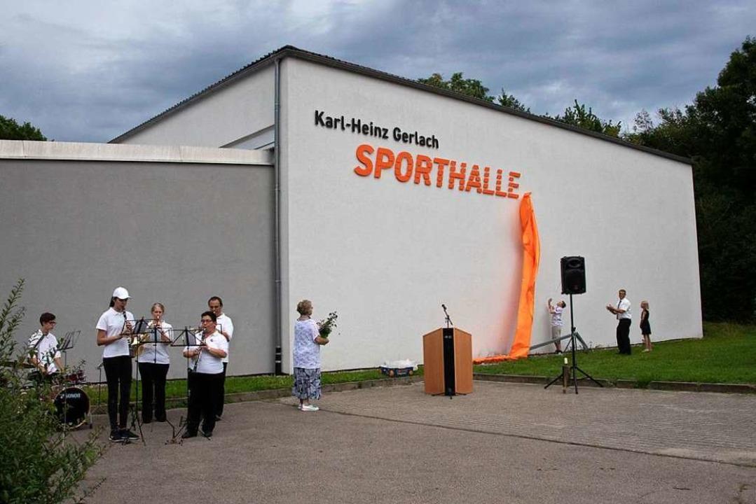 Die  Sporthalle  Buggingen wird nach K...Enkel Fiona und Marvin den Schriftzug.  | Foto: Volker Münch