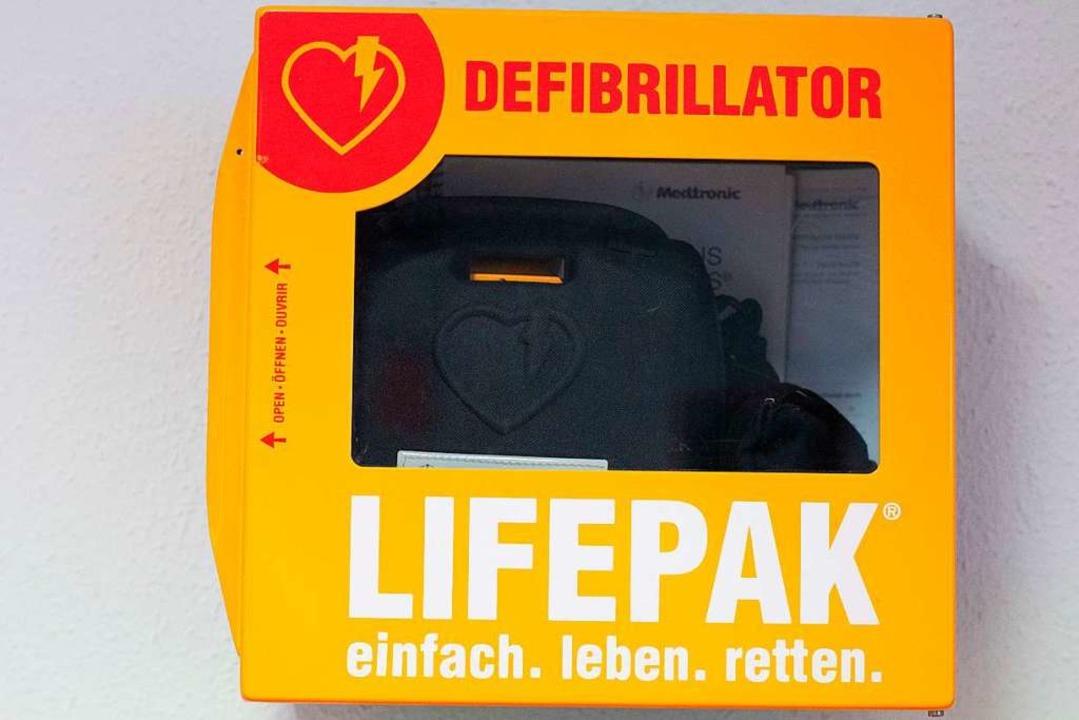 Im Marcher Ortsteil Holzhausen steht s... ein Defibrillator bereit. Symbolbild.  | Foto: Klaus-Dietmar Gabbert
