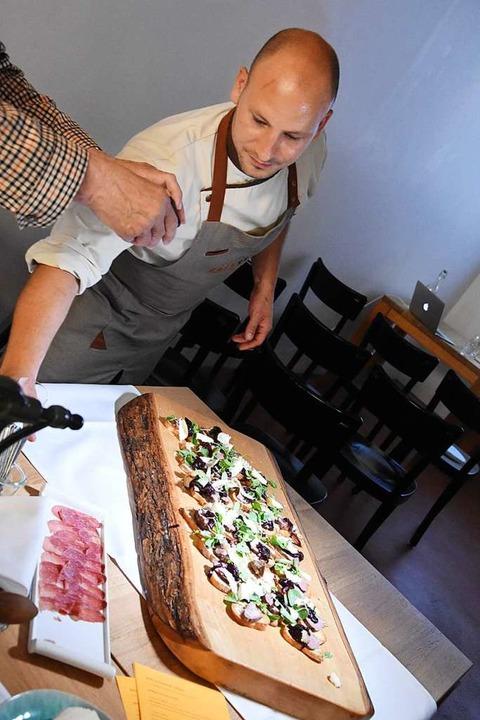 Hartmann mit den frisch zubereiteten Filets  | Foto: Kathrin Ganter