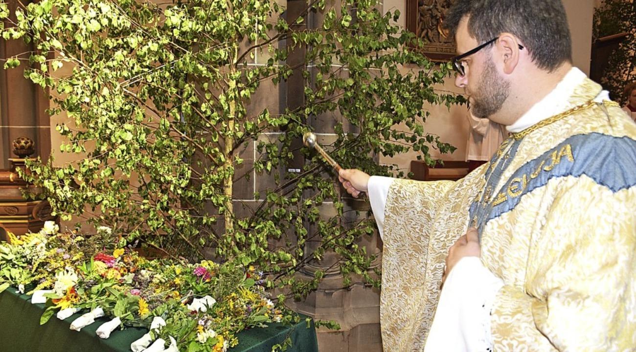 Pfarrer Hannes Rümmele segnete die geb...len vor Krankheit und Unheil schützen.  | Foto: Paul Berger