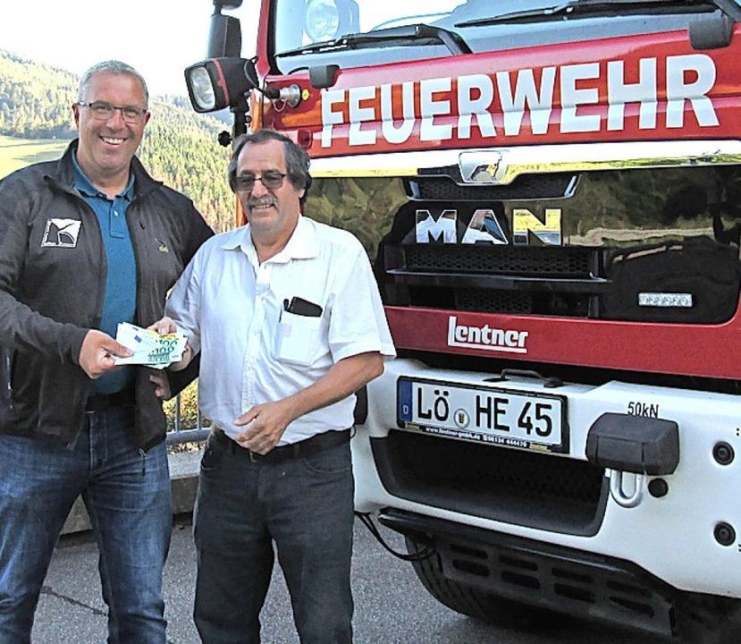 <BZ-FotoAnlauf>Altersmannschaft:</BZ-F...chts) bedankt sich bei Wolfgang Köpfer  | Foto: Karl-Heinz Rümmele