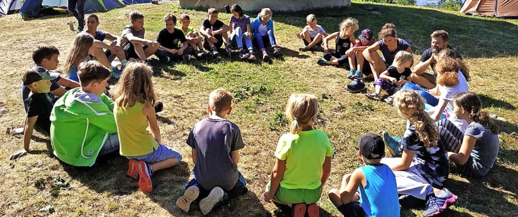 <BZ-FotoAnlauf>Narrenzunft: </BZ-FotoA...die Gresger Dorfkinder am Rümmelsbühl.  | Foto: Narrenzunft Gresgen