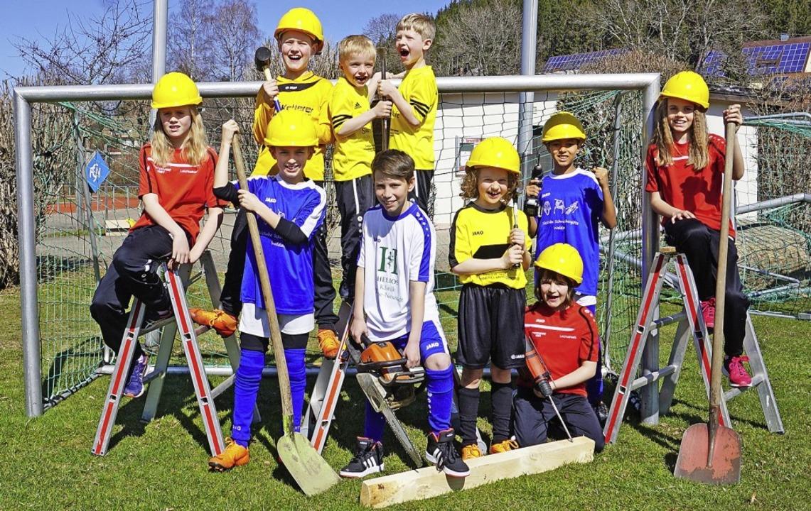 Kinder in den Vereinsfarben zeigen, wo es die nächsten Monate langgeht.   | Foto: Peter Stellmach