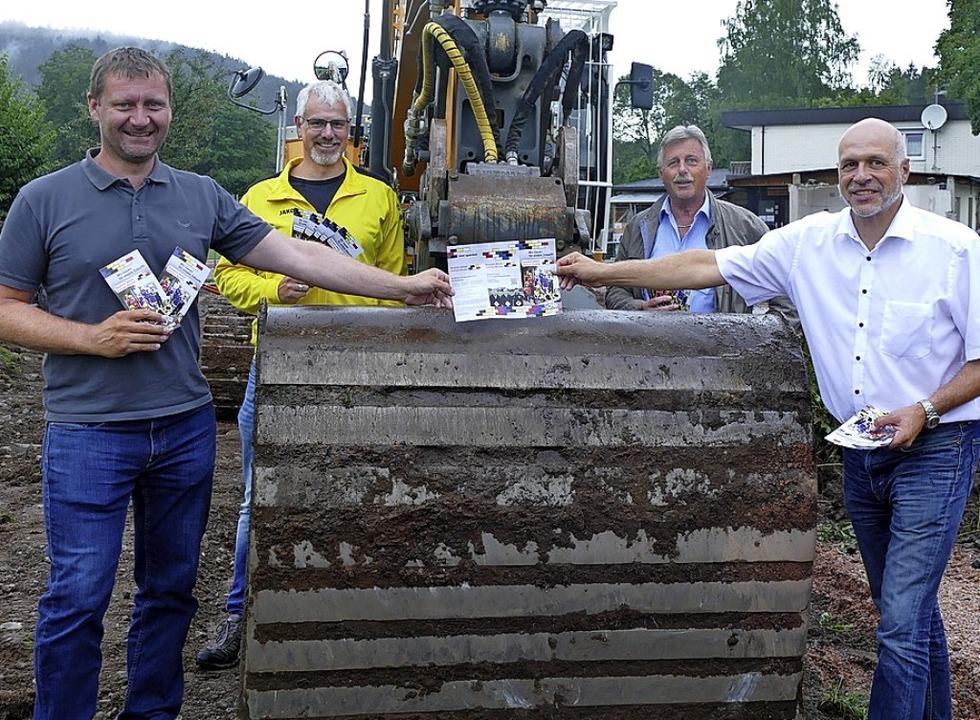 Die Vereinsvertreter (von links): Feli... Löffler (FCN), Volker Dengler (TVN).   | Foto: Peter Stellmach