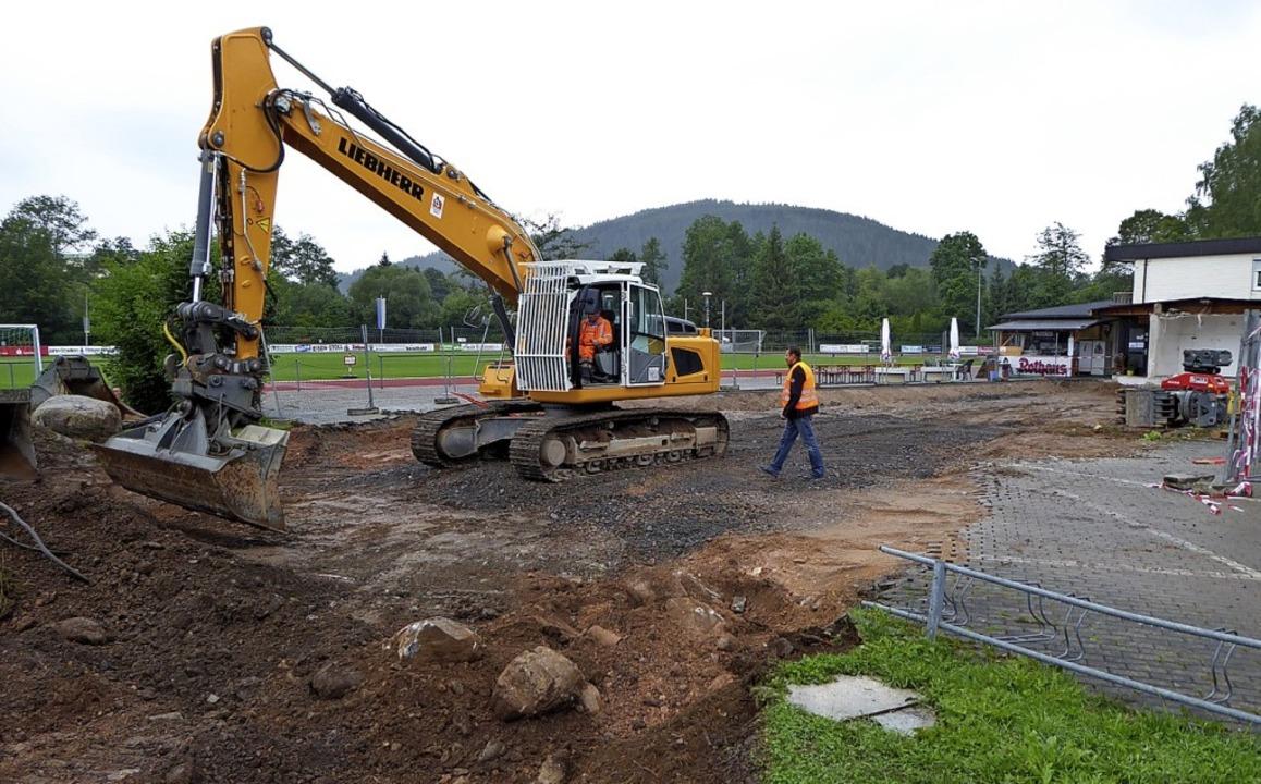 Die Ausmaße der Baugrube geben eine Ah...n den Altbau (Hintergrund) anschließt.  | Foto: Peter Stellmach