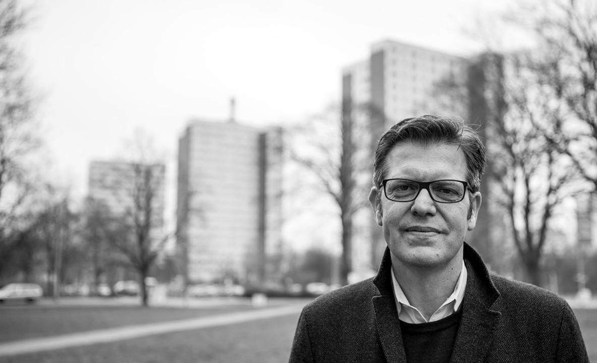 Der Soziologe Steffen Mau im Rostocker... Lütten Klein, wo er aufgewachsen ist.    Foto: Marten Körner/Suhrkamp Verlag
