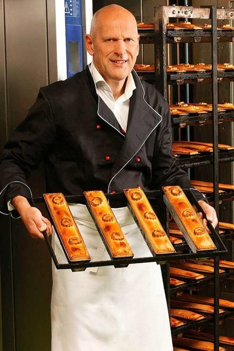 Thomas Waßmer zeigt Formen mit frisch gebackene Pâtes.  | Foto: Fotostudio Weisheitinger/Jürgen Weisheitinger