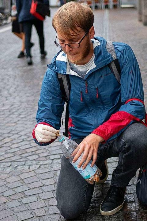 Handschuhe an, Zigarettenstummeln aufheben und ab damit in die Plastikflasche.  | Foto: Peter Herrmann