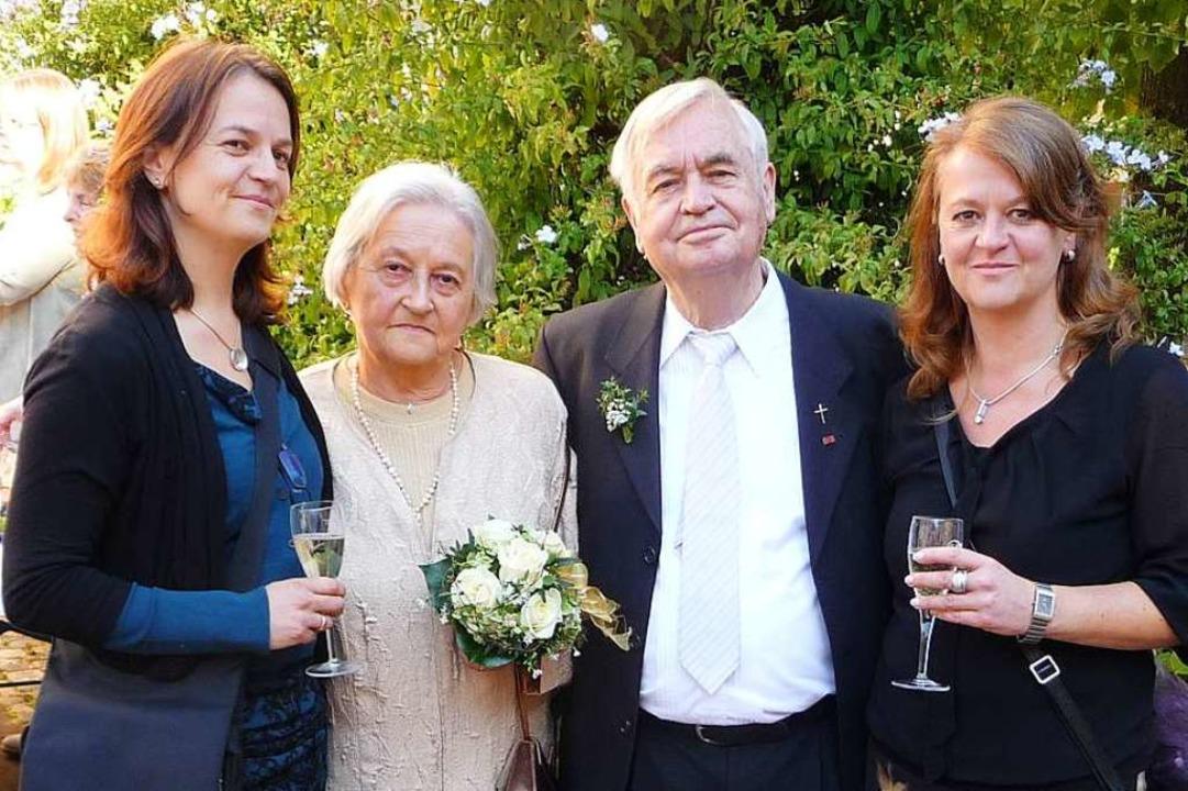 Bilder aus dem Leben von Herbert Skoda...iane (rechts) und Petra erfreut waren.  | Foto: Manfred Burkert