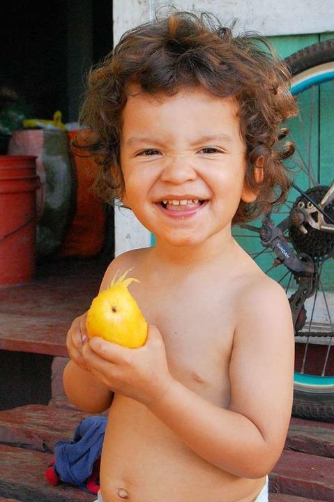 Der Zweijährige isst seine erste Mango.    Foto: Hannah Fedricks Zelaya