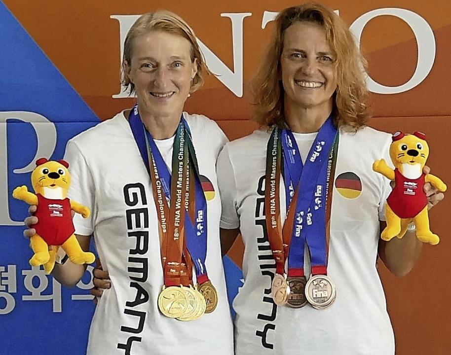 Susanne Reibel-Oberle (links)  Ursula ...ck grüßen mit Medaillen aus Südkorea.   | Foto: Privat
