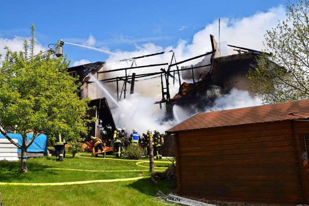In kürzester Zeit stand die Scheune de...en Gebäudekomplexes im Mai in Flammen.  | Foto: Stefan Ammann