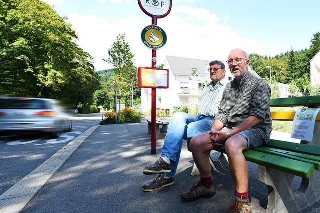 In Freiburg-Günterstal stehen zwei Mitfahrerbänke, aber niemand hält an