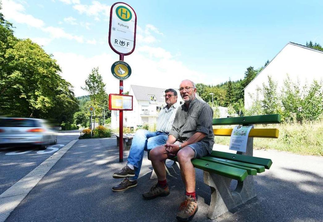 Gerd Nostadt (vorne) und Norbert Stalt...ellen-Schild ist der Daumen zu sehen.   | Foto: Rita Eggstein