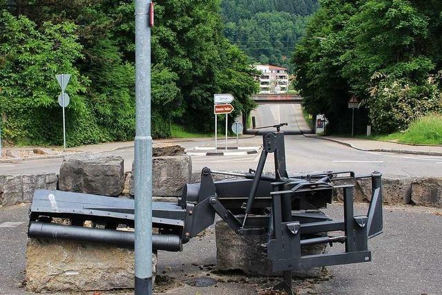 Mercedesfahrer missachtet Vorfahrt im Kreisverkehr – Rennradfahrer stürzt