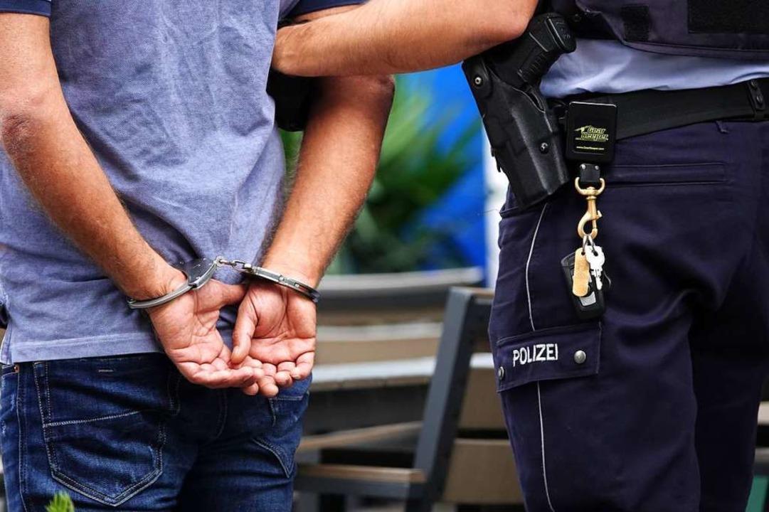 Eine Person wurde festgenommen (Symbolbild)  | Foto: Johannes Neudecker (dpa)