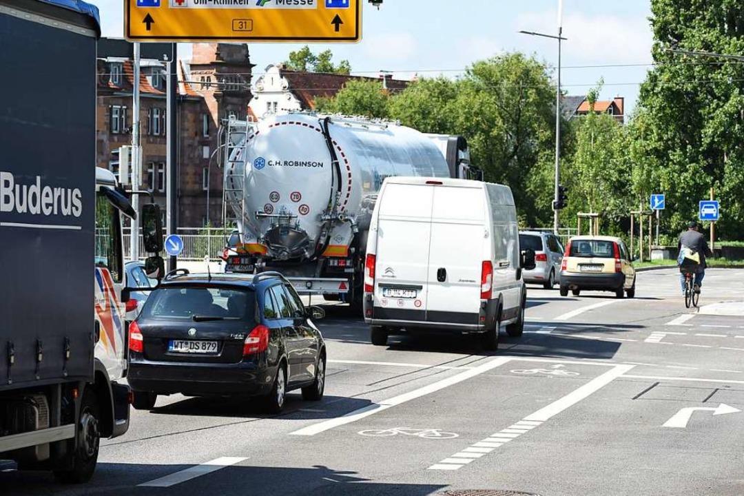 Der Radweg beginnt unvermittelt &#8211..., muss die Rechtsabbiegerspur queren.   | Foto: Rita Eggstein