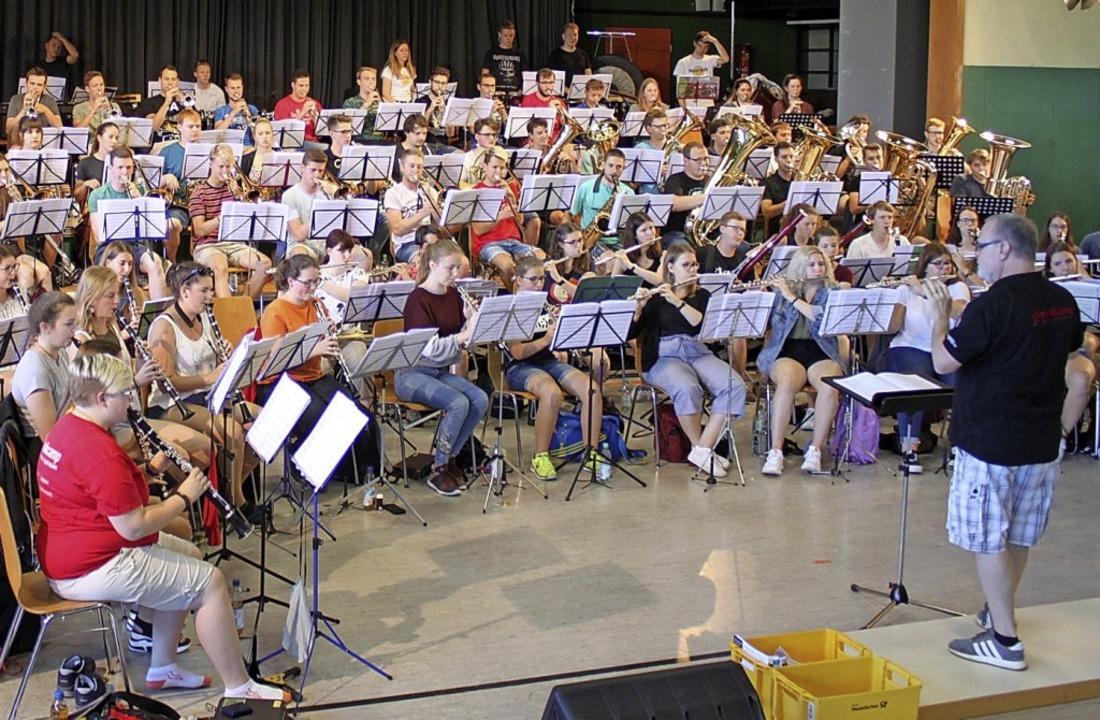 Das A-Orchester unter der Leitung von Robert Sheldon     Foto: Adelbert Mutz