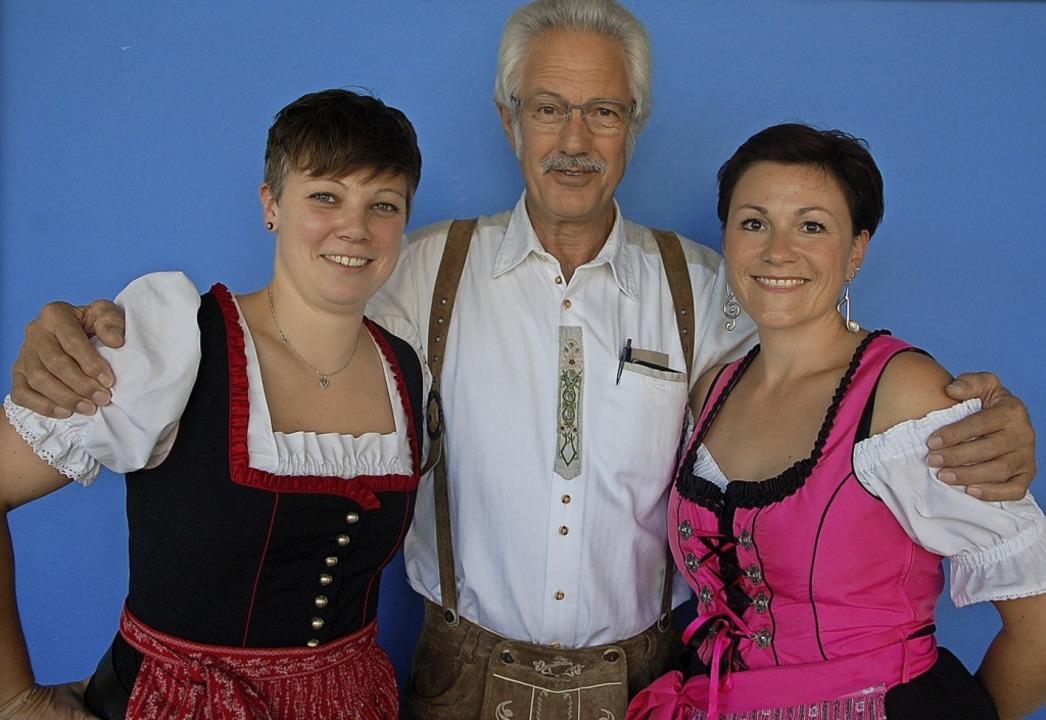 Klaus Hunzinger, mit den Musikerinnen ...ufs bayrische Wochenende mit Metzgete.  | Foto: Petra Wunderle