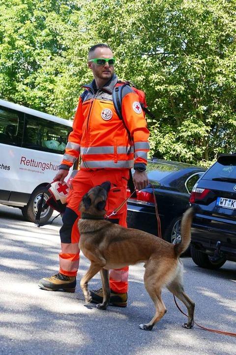 Auch ein Suchhunde halfen mit.  | Foto: Tanja Bury
