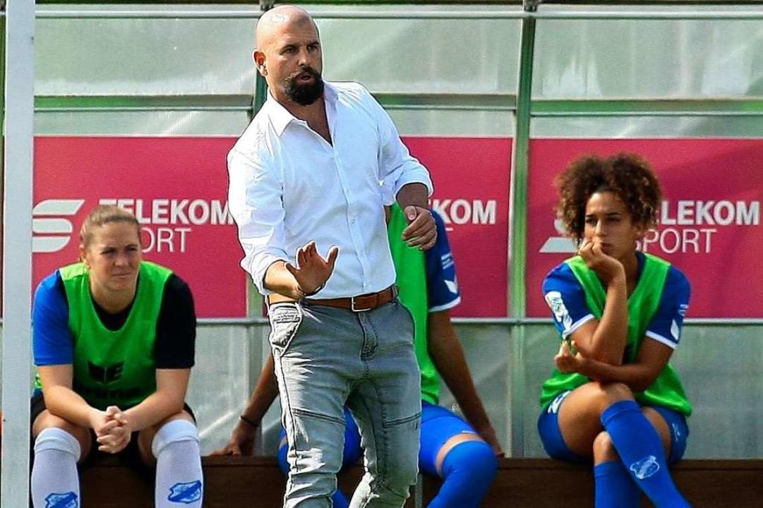 Trainer Sascha Glass und der SC Sand s...l besten Frauenfußball-Liga der Welt.     Foto: Peter Aukthun-Goermer