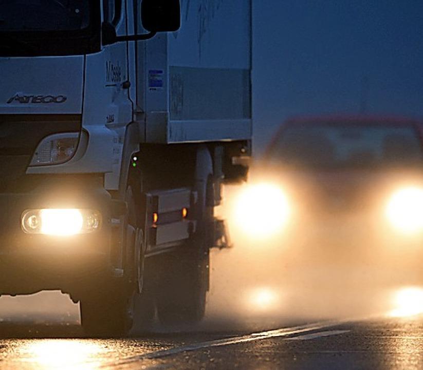 Bei Nebel immer das Abblendlicht einschalten.  | Foto: Tobias Hase (dpa)