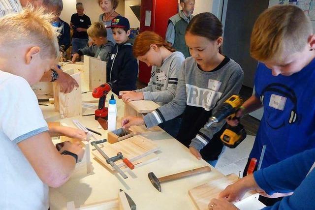 Kinder in Ehrenkirchen bauen Nistkästen für Vögel