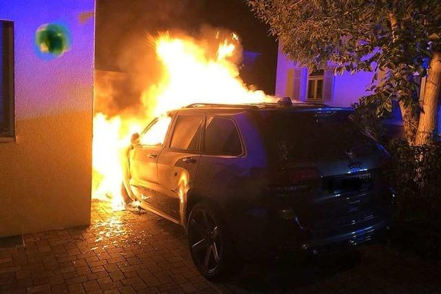 Auto brennt direkt am Haus