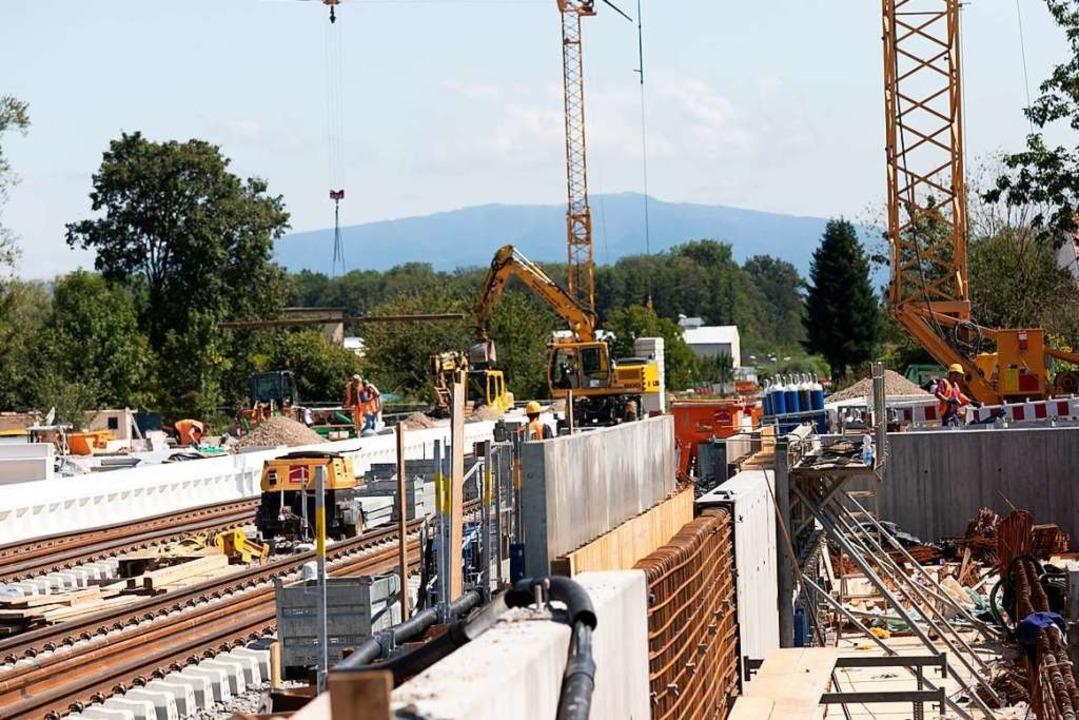 Voll am laufen sind die Bauarbeiten am... Unterführung für Fußgänger angelegt.   | Foto: Hubert Gemmert