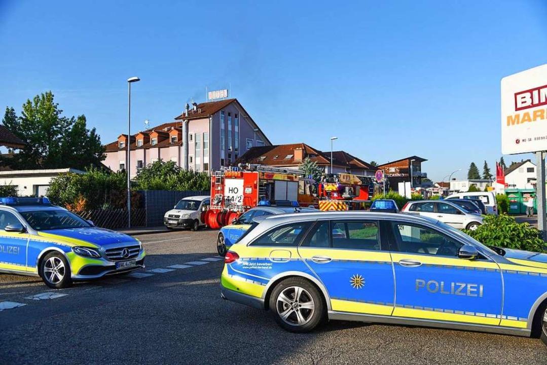 Fahrzeuge der Polizei und der Feuerweh...Polizeiangaben wurde niemand verletzt.    Foto: Rene Priebe (dpa)