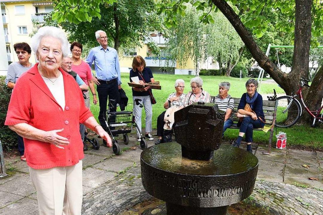 Margarete Hartmann vor dem Brunnen, der nach ihr benannt ist    Foto: Rita Eggstein