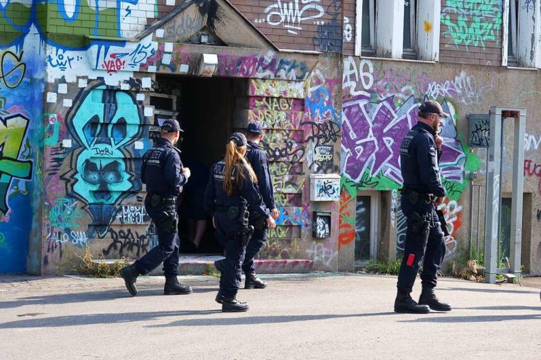 Polizisten durchsuchten im August 2017... KTS an der Basler Straße in Freiburg.  | Foto: Patrick Kerber