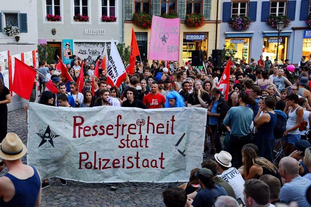 Auf das Verbot von linksunten.indymedi...wie hier in der Freiburger Innenstadt.  | Foto: Rita Eggstein