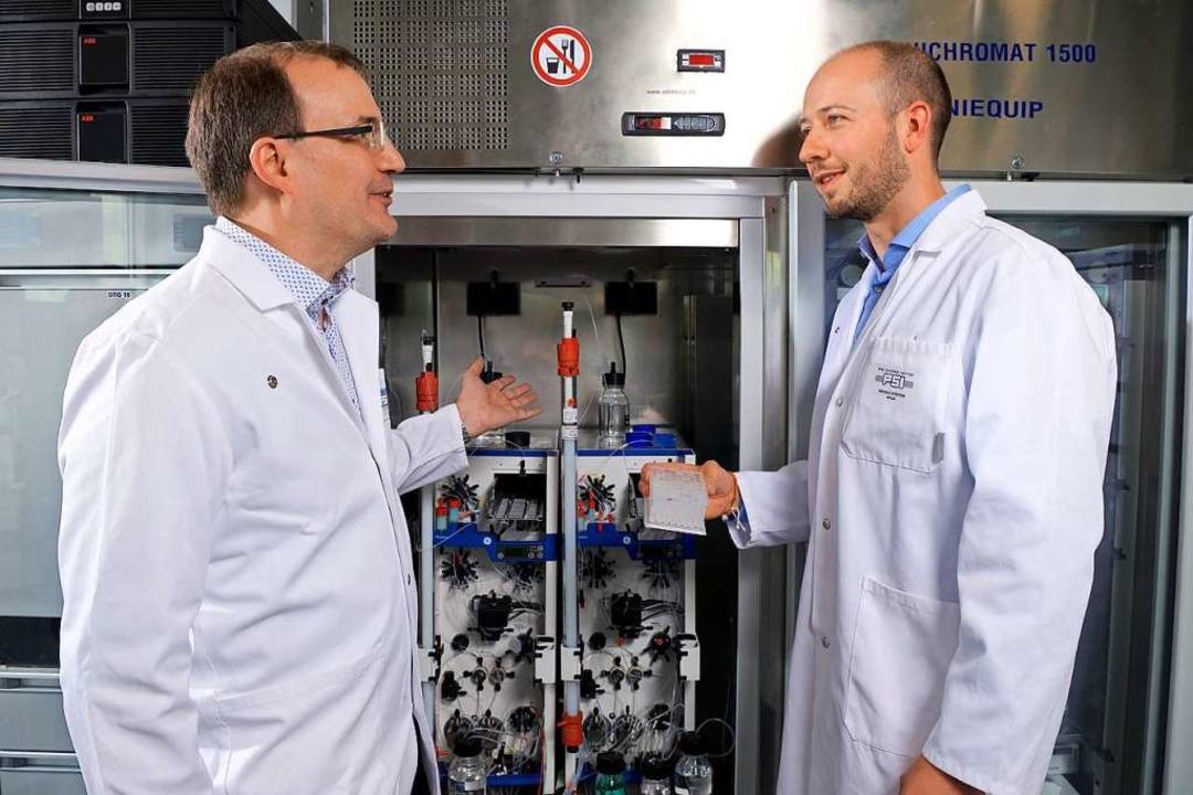 Steffen Brünle (rechts) und Jörg Stand...paratur, mit der sie Proteine trennen.  | Foto: Markus Fischer, Markus Fischer