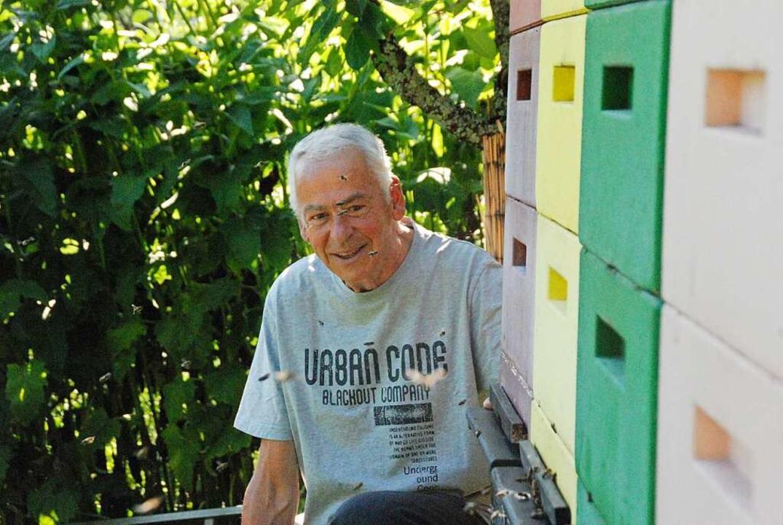 Hobbyimker Klaus Uhle wird von seinen Bienen umschwärmt.  | Foto: Maja Tolsdorf