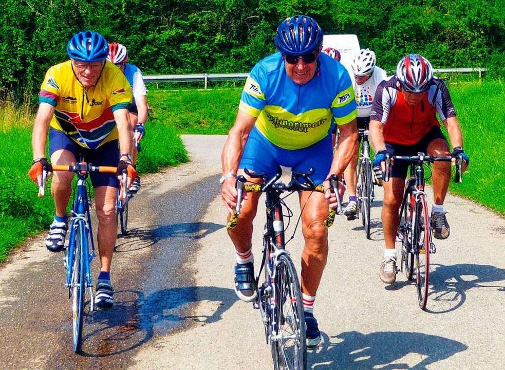 Der ehemalige erfolgreiche  Triathlet ...t seiner Seniorenradgruppe  auf Tour.   | Foto: Privat