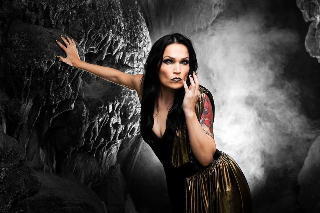 Mit klassischer Ausbildung und Liebe zum Metal: Tarja Turunen   | Foto: Tim Tronckoe