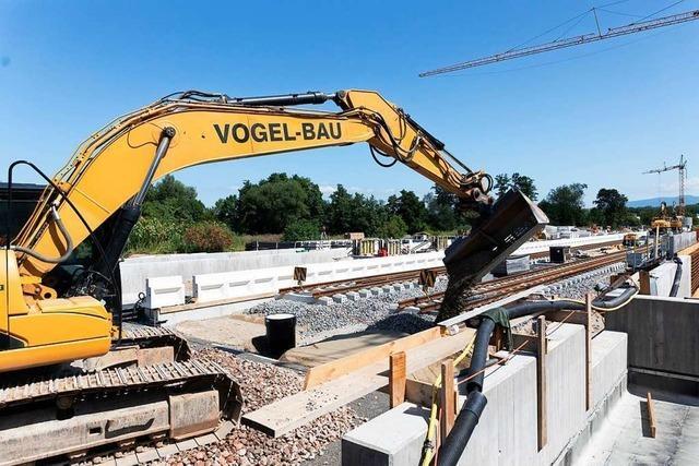 Der Ausbau der Bahnlinie Freiburg-Breisach läuft auf Hochtouren