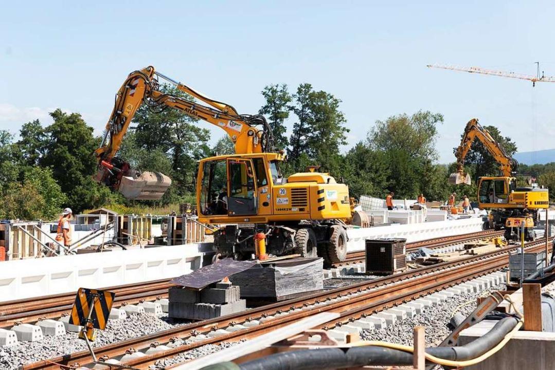 Die weißen Kantenseite für einen der k...ttenheimer Bahnhof sind schon gesetzt.  | Foto: Hubert Gemmert