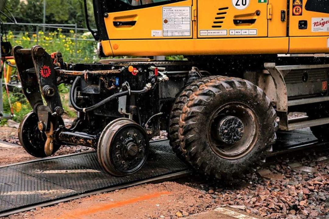Spurwechsel: Ein Zweiwegebagger am Bah...auf die Weiterfahrt mit dicken Rädern.  | Foto: Hubert Gemmert