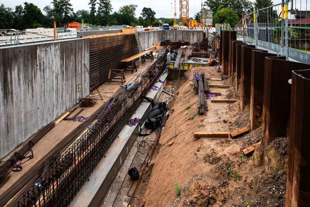 Enorme Ausmaße hat die Baugrube für di...führung im Gottenheimer Bahnhof führt.  | Foto: Hubert Gemmert