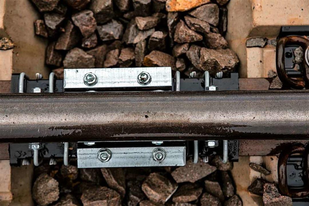 Ein Schienenstegdämpfer: Sie sorgen an...weniger Lärm wenn  ein Zug durchfährt.  | Foto: Hubert Gemmert